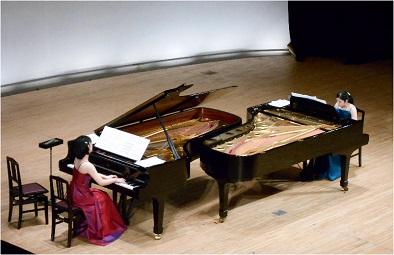 ピアノ2台で演奏する