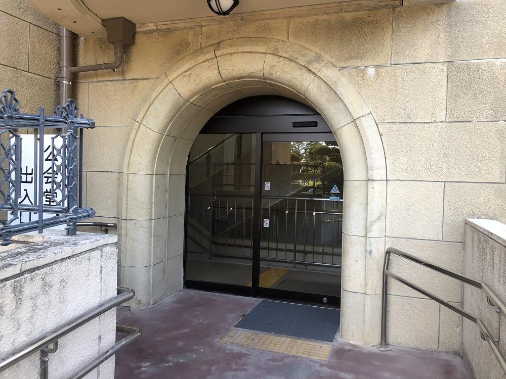 スロープから1階出入口