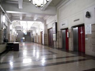 1階エレベーターホールとロビー