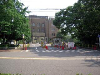 公会堂裏駐車場出入口